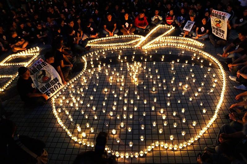 11月17日原是壹傳媒雙方約定的交易日,前一晚,壹傳媒下4工會在報社大樓外守夜。(攝影:王顥中)