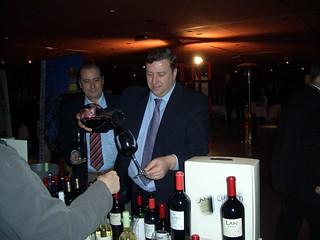 José Luis Gobantes sirve uno de los magníficos vinos de las Bodegas Lan.