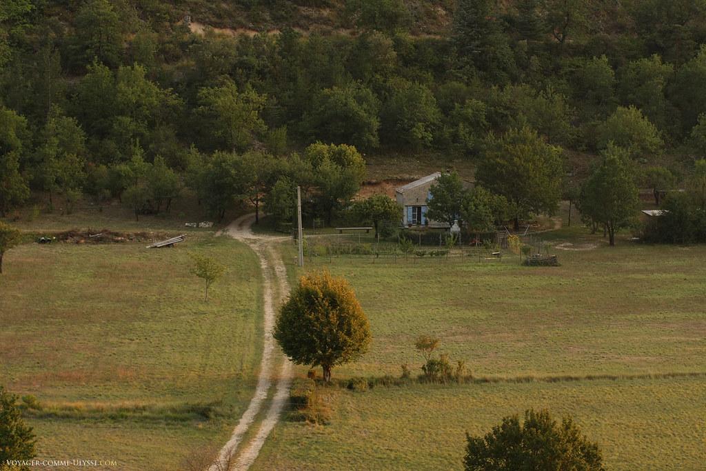 Il existe quelques maisons individuelles en bas, dans la vallée de Saint-Léger. Les terrains sont cultivés au seul endroit plan de la région.