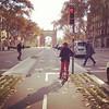 Ciclovia com semáforo e sarjeta permeável. Barcelona. #cidadesparapessoas