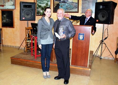 Elisa Pérez de Siles, entrega premio a Rafael Cerrejón