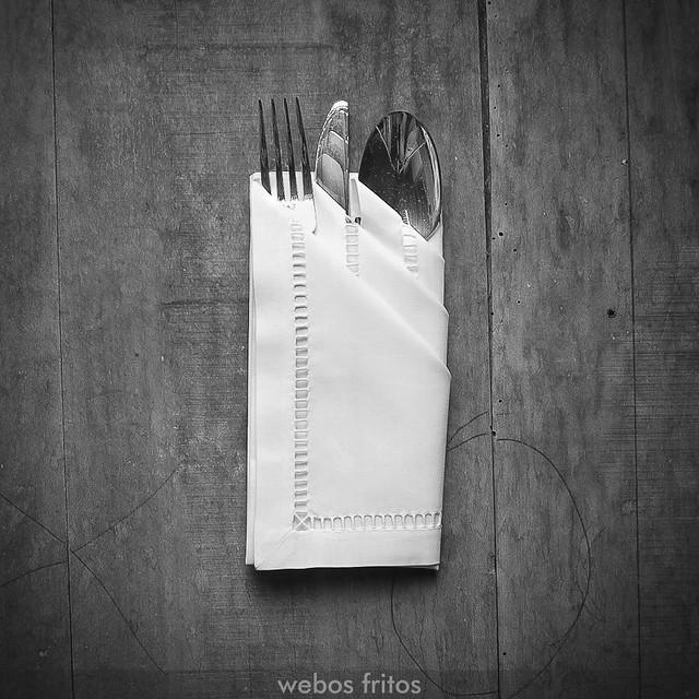 Cómo presentar los cubiertos con una servilleta - Paso 8
