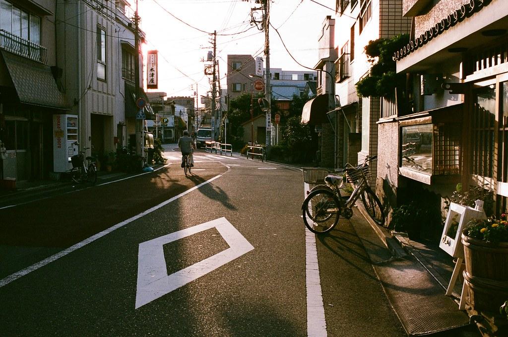 荒川東尾久 Tokyo, Japan / AGFA VISTAPlus / Nikon FM2 行李放好後,我就帶著相機在住的地方走走,其實是想看看這附近的生活機能、超商、超級市場之類的。  其實我很害怕逛超市,因為還是會想起那時候和妳一起逛的畫面。我什麼也沒辦法阻止這樣的畫面湧進我的腦海了,反正一定會伴隨著難過、痛苦、哭泣。  久了就習慣了,大概站個幾分鐘等畫面與情緒恢復,就繼續的往前走。  那時候商店街的廣播竟然在放《君がくれた夏》家入レオ,我的 iPod 裡有這首,那時候從福岡、熊本、長崎、大阪、京都,一路聽到東京。  好吧,就是歌詞所提到的,也是我的困惑。  Nikon FM2 Nikon AI AF Nikkor 35mm F/2D AGFA VISTAPlus ISO400 0994-0022 2015/09/30 Photo by Toomore