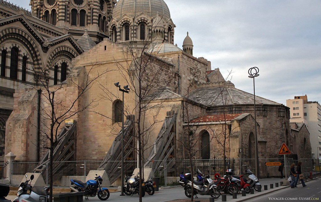 La vieille Major, ou plutôt, l'abside et un bout de la nef. Pour qu'elle ne se s'écroule pas, on a renforcé provisoirement les murs latéraux. La vieille Major est une mal-aimée des pouvoirs publics.