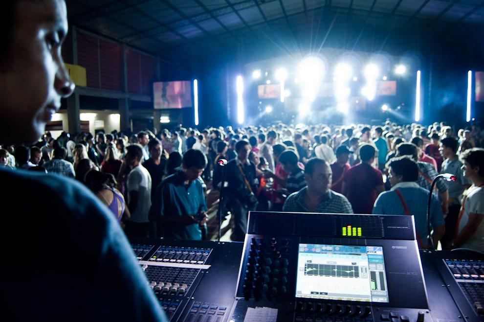 """Un técnico de iluminación del equipo humano de """"Electrosoni Discotec"""", controla las luces del escenario mientras un Dj realiza su actuación haciendo bailar al público en la fiesta de la cerveza del Club Alemán de Colonia Independencia, el sábado 3 de Noviembre. (Elton Núñez)"""