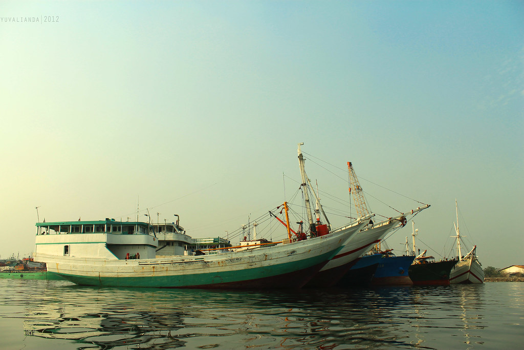 a low ISO, wide angle photo taken by yuvalianda with a Canon EOS REBEL T3 on Sep 30, 2012
