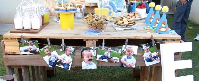 Mesa de doces com varal de fotos