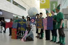 台灣青年與各地青年在聯合國場外抗議。照片提供:台灣青年氣候聯盟