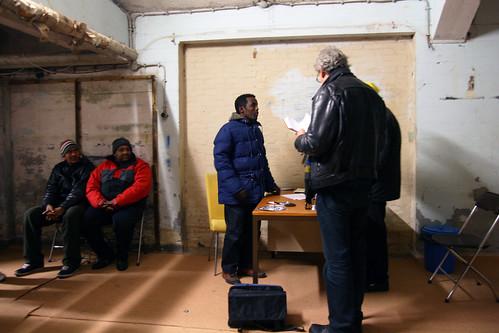 Vrijwilliger van Dokters van de Wereld houdt spreekuur in Vluchtkerk Amsterdam