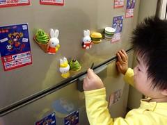 冷蔵庫の磁石で遊ぶ。うさちゃんにお菓子を配ったところ (2012/11/8)