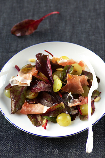 Salade de pousses de betterave, jambon et raisin