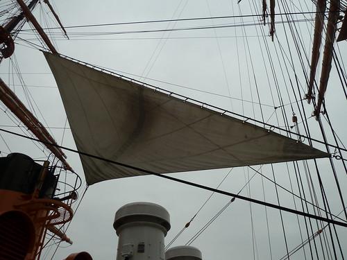 日本丸の帆をはりました。