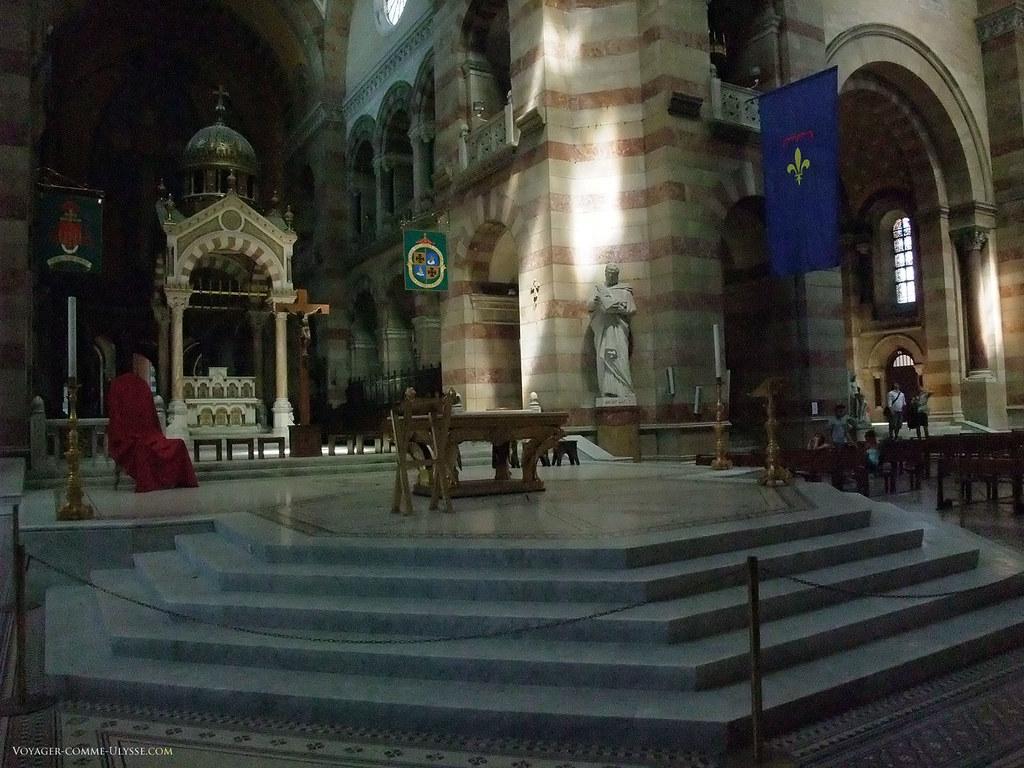 Le sanctuaire et son autel. Au premier plan, la cathèdre, siège de l'évêque.