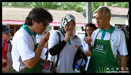 Learning how to do vada (Indian Food) : Sentuhan Kasih Deepavali with Petronas @ Kampung Wellington, Manjung, Perak