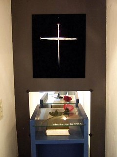 A cross of nails is displayed at the  Friedenshistorisches Museum.