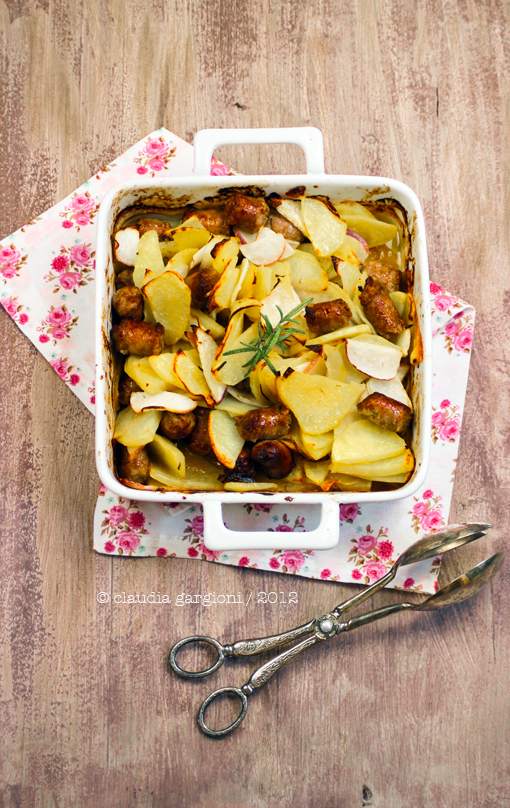 rape, patate e salsiccia in teglia