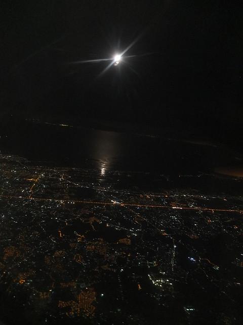 終於回到台灣了, 天上那個白色光芒是亮到不可思議的月亮