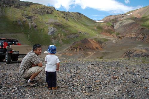 Brenden explains the mountains to Yoshi
