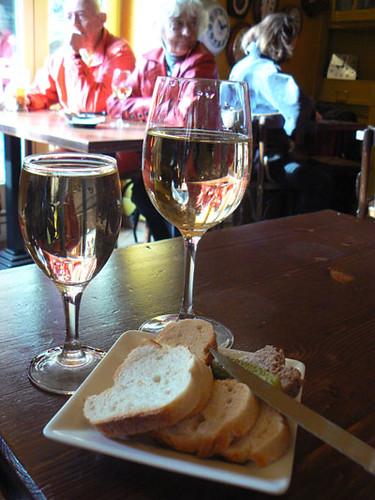 boire un verre de vin blanc.jpg