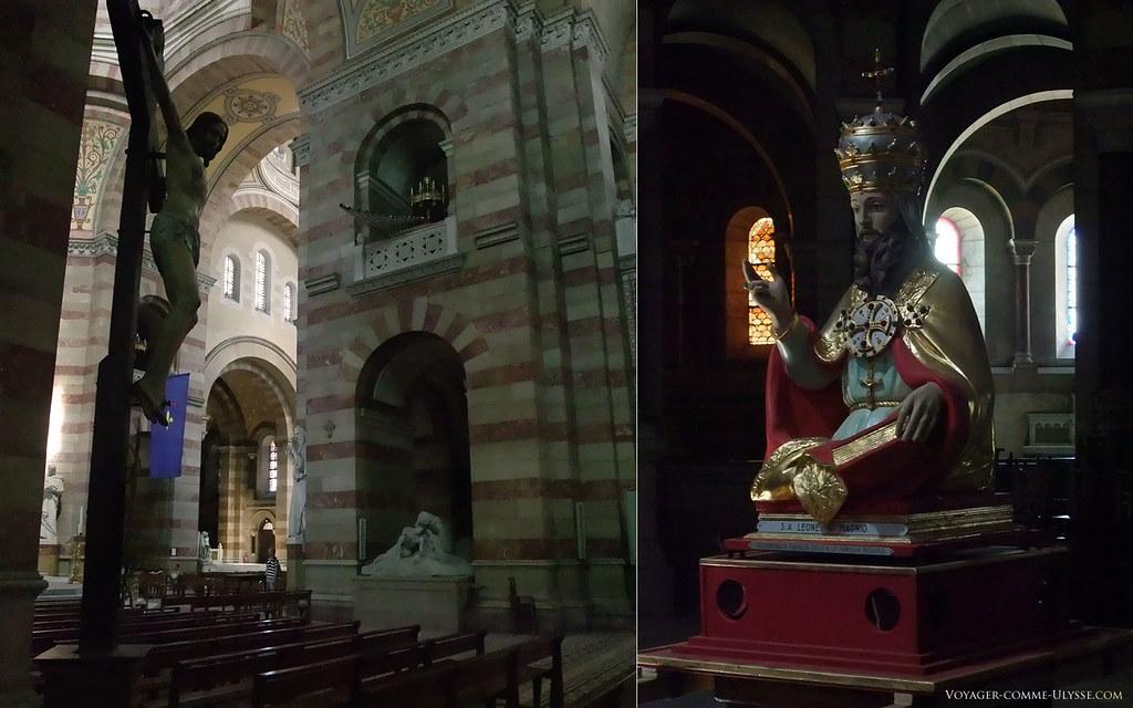 Un Christ sur sa croix à gauche, et l'image du pape Léon le Grand à droite, vénéré par les italiens émigrés venant de Sperlonga, établis dans le quartier du Panier depuis 1922.