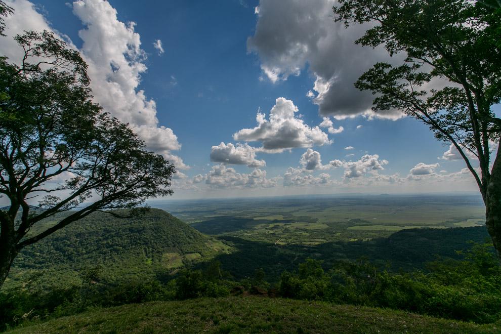 La imponente vista desde el Cerro Akatí, una cumbre que alberga un complejo turístico muy bonito, nos ofrece una gran vista del distrito de Melgarejo desde arriba. (Cristhian Espósito)