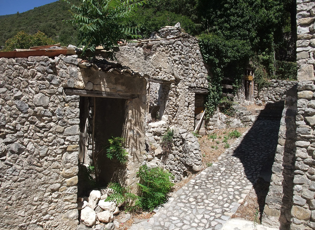 Certaines maisons ne sont plus que des ruines. C'est dommage, le village a un fort potentiel de tourisme rural.