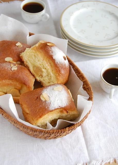 Lemon and almond buns / Pãezinhos de limão siciliano e amêndoa