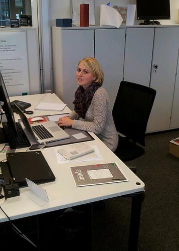 Lena im Büro der Bechtle Unternehmenskommunikation