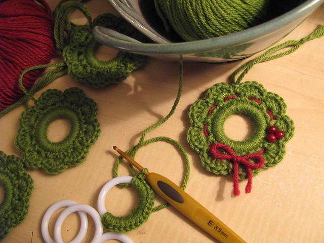 Crochet Pattern For Xmas Wreath : Fluid Motion: [crochet] Christmas Wreath Ornaments