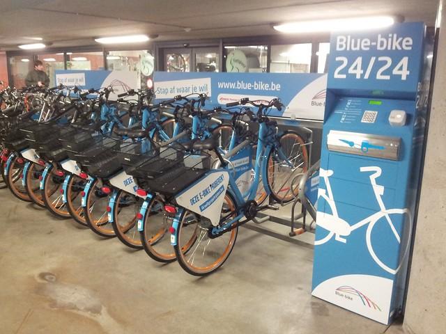 Een rij blue-bike fietsen