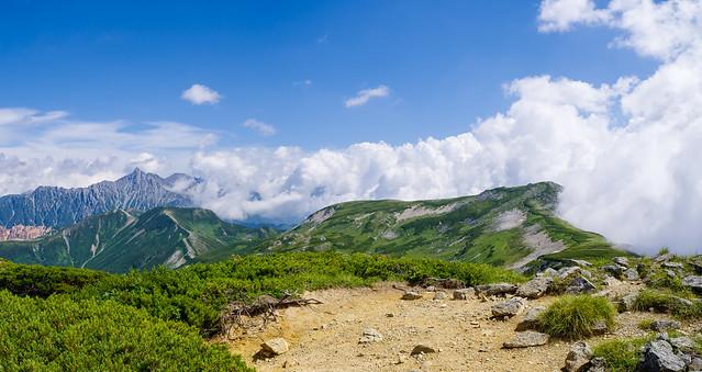 越えてきた双六岳(右)と槍ヶ岳を展望@丸山山頂付近