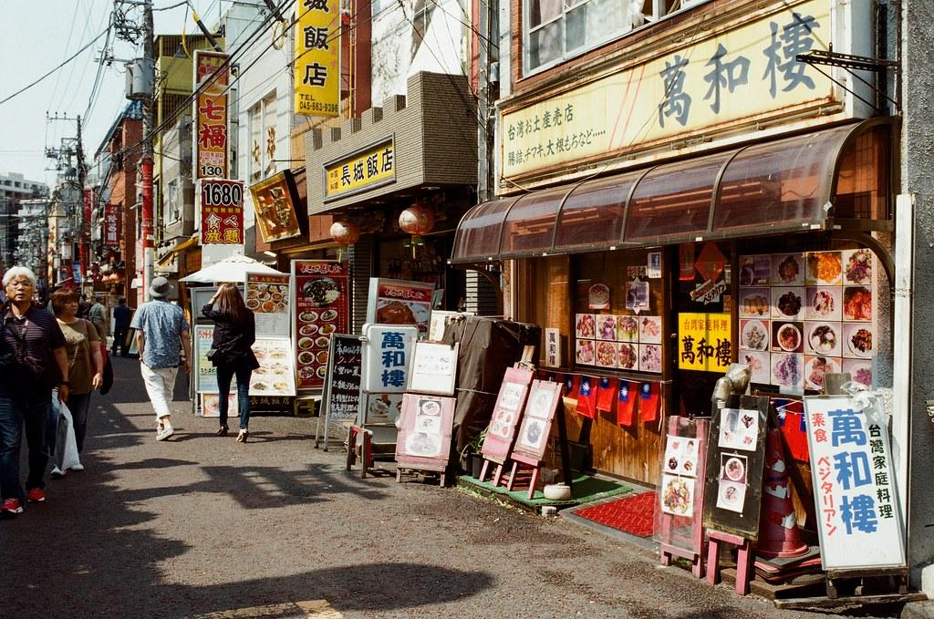 橫濱中華街 Yokohama, Japan / Kodak ColorPlus / Nikon FM2 在橫濱中華街裡轉來轉去,想要走一個完全不看地圖先探險的方式逛,但肚子有點餓,要把這一區所有都走一遍才決定要吃哪一間。  我記得去長崎的時候也有中華街,整條都是賣中華料理,但有時候想想,我平常生活的台北,也算是中華料理吧,那到底到了日本還要吃中華料理嗎?  恩,最後還是吃看看,看看有什麼差異,就像在台北也吃得到拉麵,但直覺還是會去吃。  Nikon FM2 Nikon AI AF Nikkor 35mm F/2D Kodak ColorPlus ISO200 6412-0005 2016/05/21 Photo by Toomore
