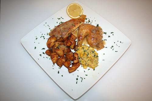 64 - Hähnchen mit Polentafüllung an Paprika-Kartoffelspalten / Chicken stuffed with polenta on paprika potato wedges - Portion serviert