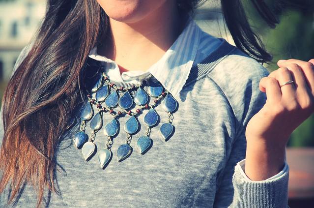 Look sudadera gris + maxi collar