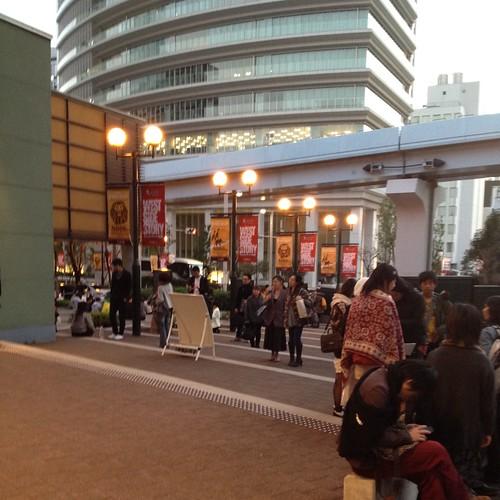四季劇場の前で開場を待つ by haruhiko_iyota