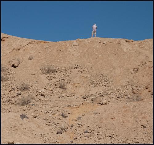 man op zand by hans van egdom
