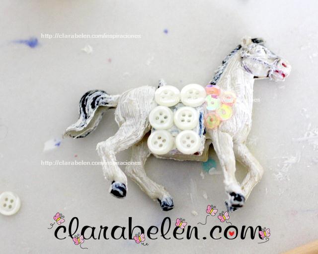 Adorno de Navidad con juguete reciclado_ caballos