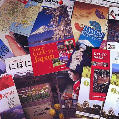 Fui na Embaixada do Japão tirar o visto e voltei com muitos mapas e panfletos...