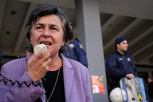 SYRIZA MP calls upon supporters of 11 university employees arrested today to continue their vigil outside city courts