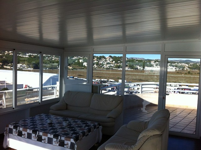 Cerramiento de terraza techo de aluminio y ventanas con for Cristal climalit
