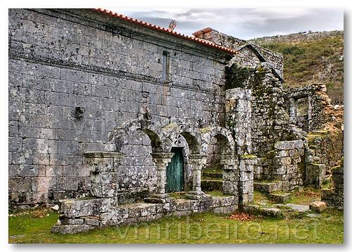 Claustro do Mosteiro de Pitões das Júnias by VRfoto