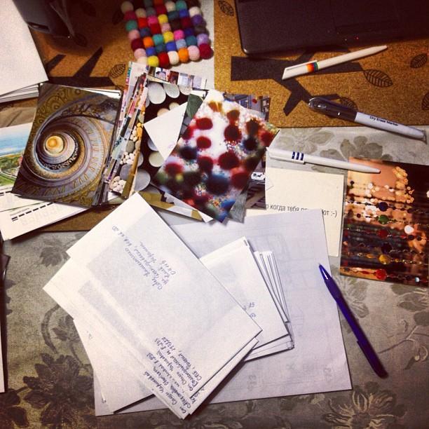 Подписываю открытки-фотографии к жж-рассылке, в этом году, похоже, рекордное кол-во. Хорошо, что заранее собралась :)