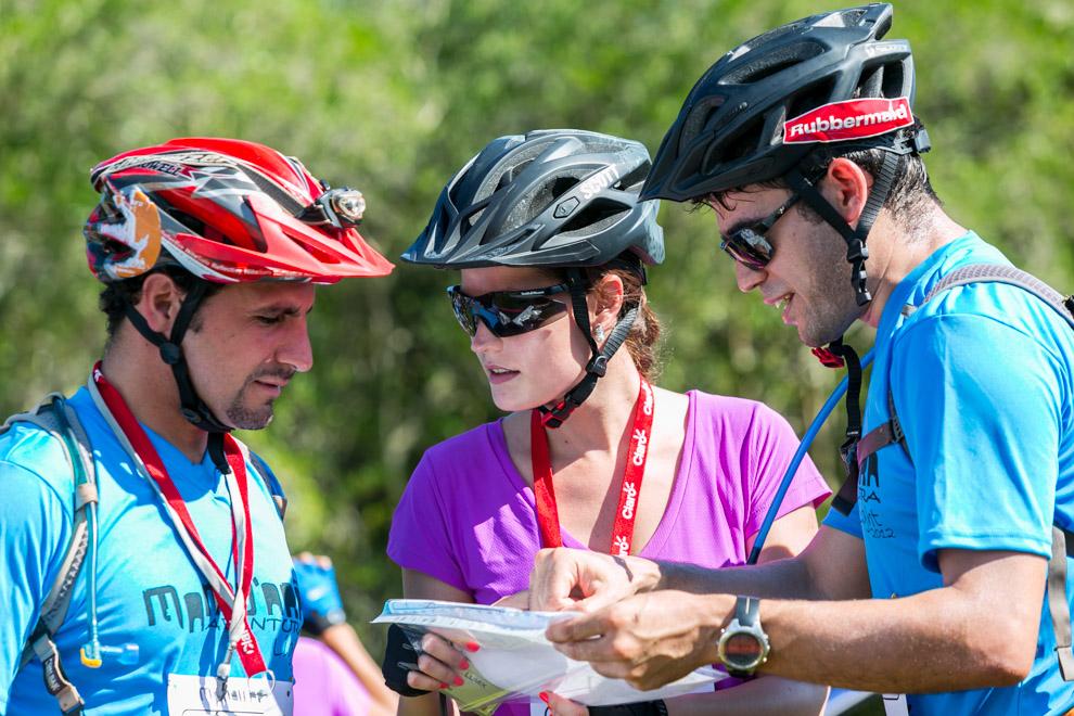 Tres amigos revisan la hoja de ruta y comparten consejos sobre los caminos a recorrer, minutos antes de iniciarse la carrera de 30km denominada Mandu´ara Light, que reune a principiantes y experimentados de los deportes de aventura. (Tetsu Espósito)