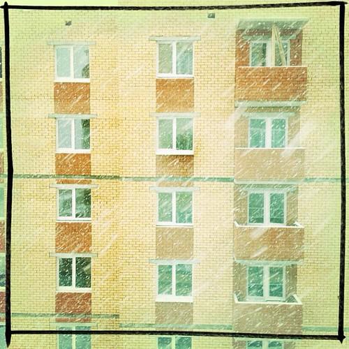 За окном снег валит