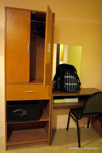 cabinets-bedroom-gran-prix-hotel.jpg