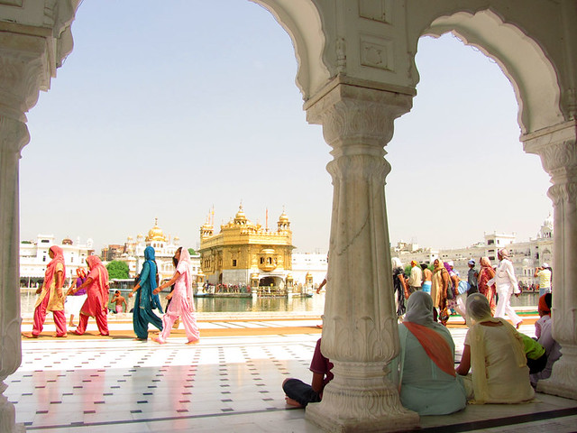 golden-temple-saris-amritsar-india