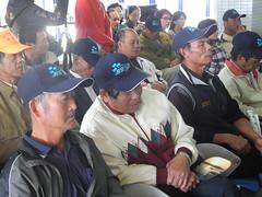 漁民帶著林務局贈送的希望海岸帽子。
