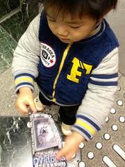 写真美術館のチケットを持つとらちゃん 2012/12/16