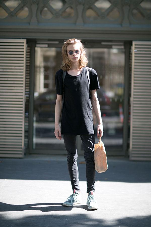 黒無地Tシャツ×黒スキニーパンツ×adidasチューブラー