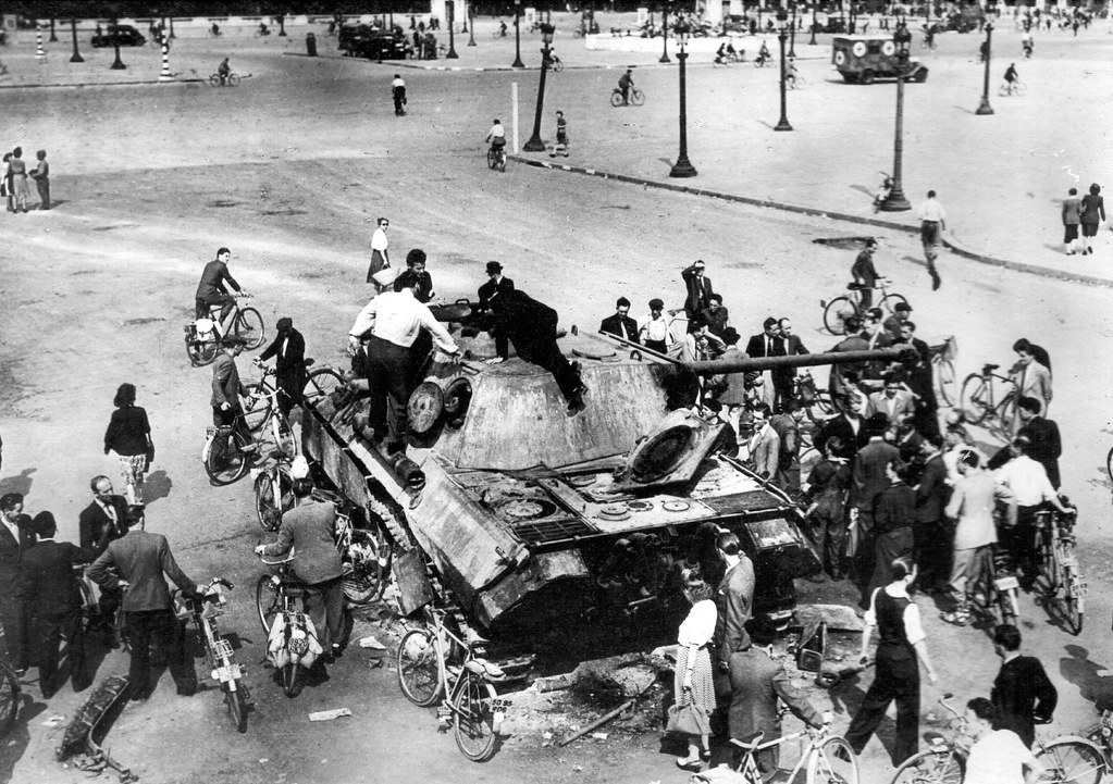 Anonyme WW2 Europe - 26 Août 44 , Char allemand détruit place de la Concorde Paris (France) - German tank destroyed